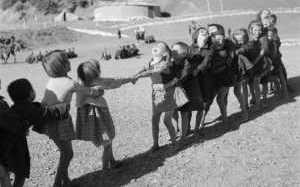 22 φωτογραφίες που δείχνουν πως έπαιζαν παλιά τα παιδιά!