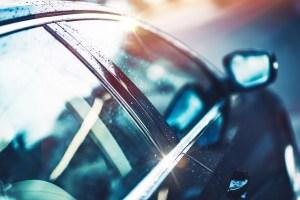 Nettoyer vitre voiture