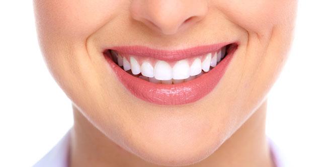 Sorriso bonito com dentes brancos