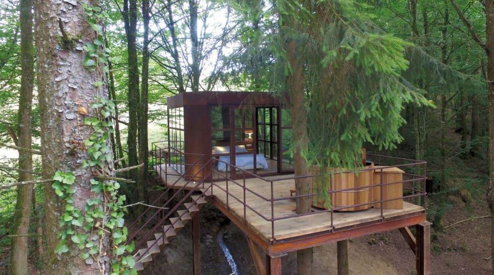 Cabane métal et verre avec spa au moulin de la jarousse en Dordogne