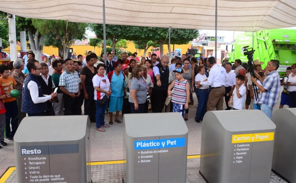 El presidente municipal de Querétaro, entregó en la delegación Felipe Carrillo Puerto 4 papeleras monumentales