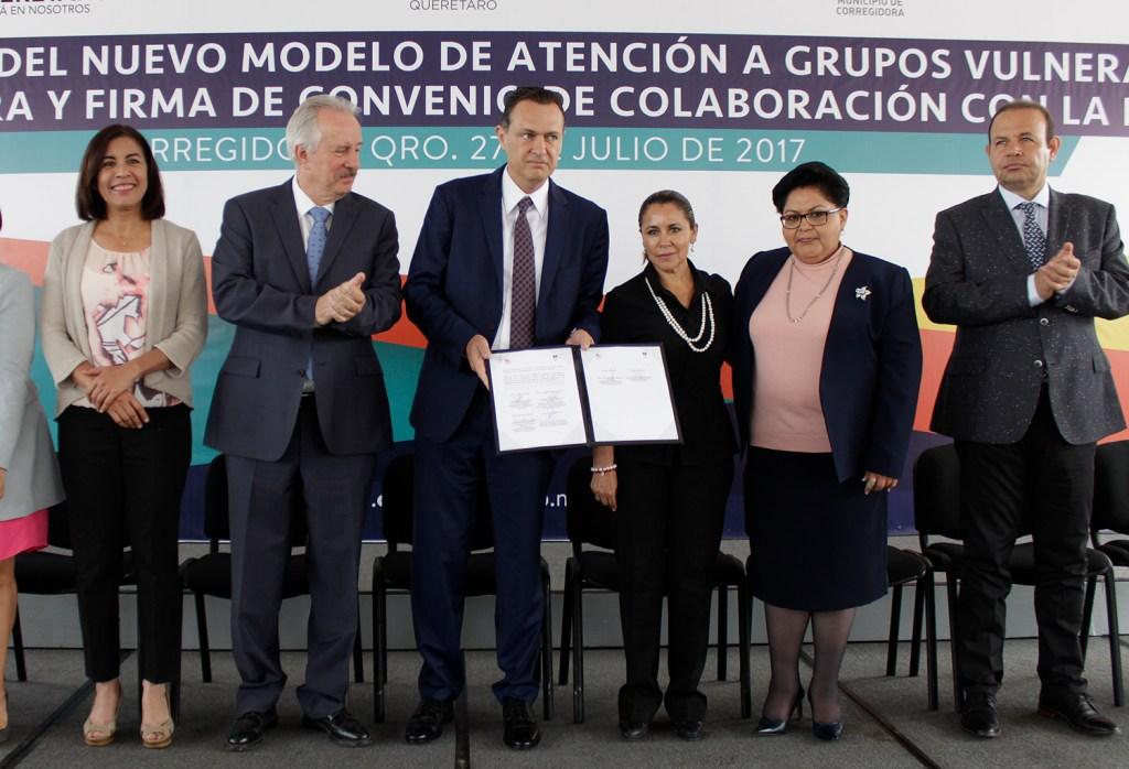 Durante el evento, el DIF Municipal de Corregidora y la DDHQ, firmaron un convenio de colaboración con el objetivo contribuir de manera conjunta y coordinada en la supervisión a instituciones de atención a personas con discapacidad y adultos mayores