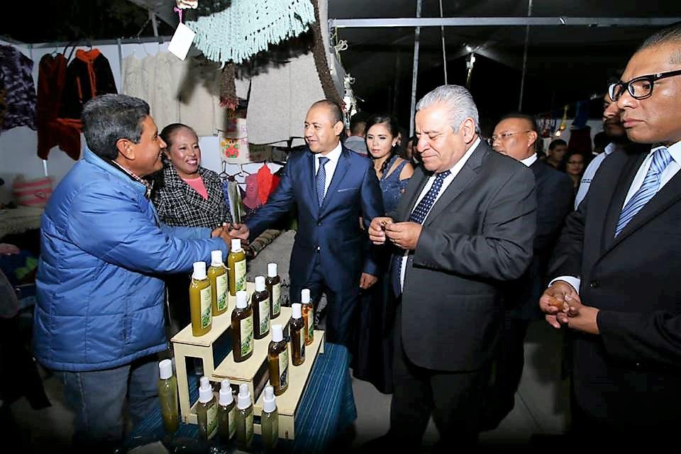Antes de la Inauguración, el Presidente Municipal, Alejandro Ochoa Valencia, realizó un recorrido por los stands de la Feria.