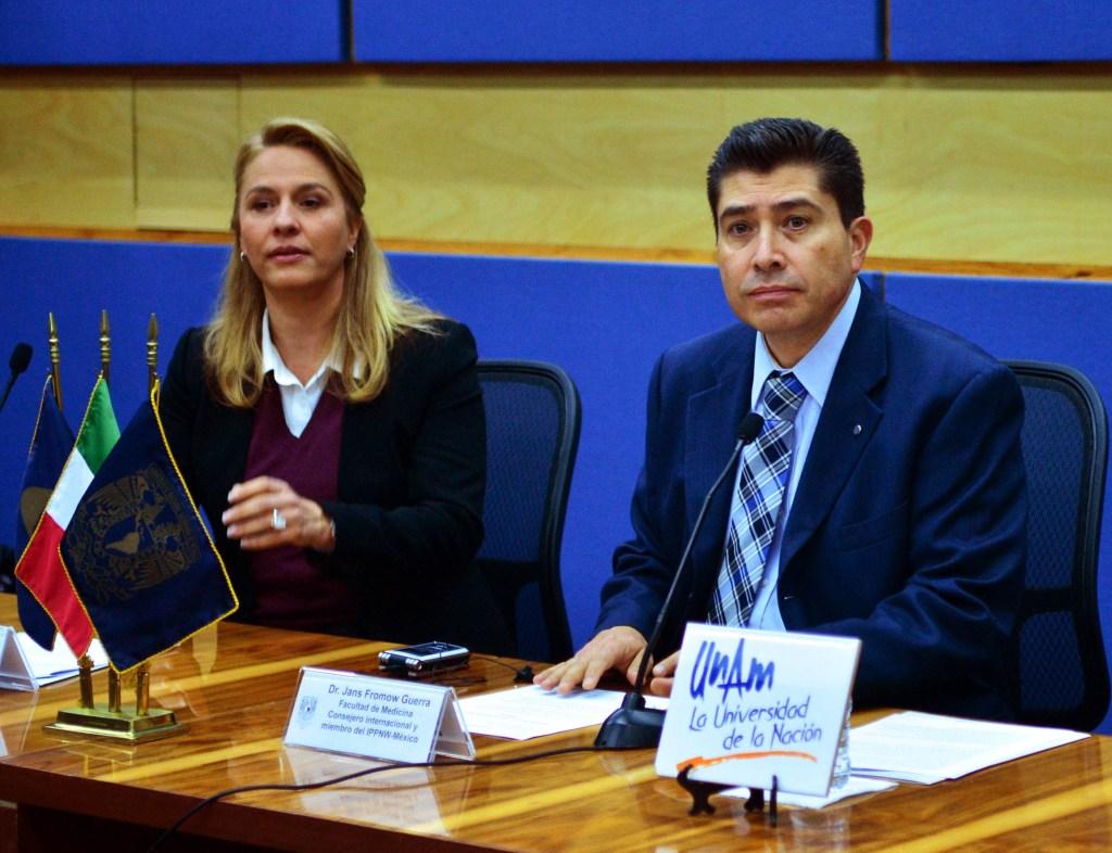 Ruby Ann Chirino Sprung y Jans Fromow Guerra, en conferencia de medios en la UNAM.