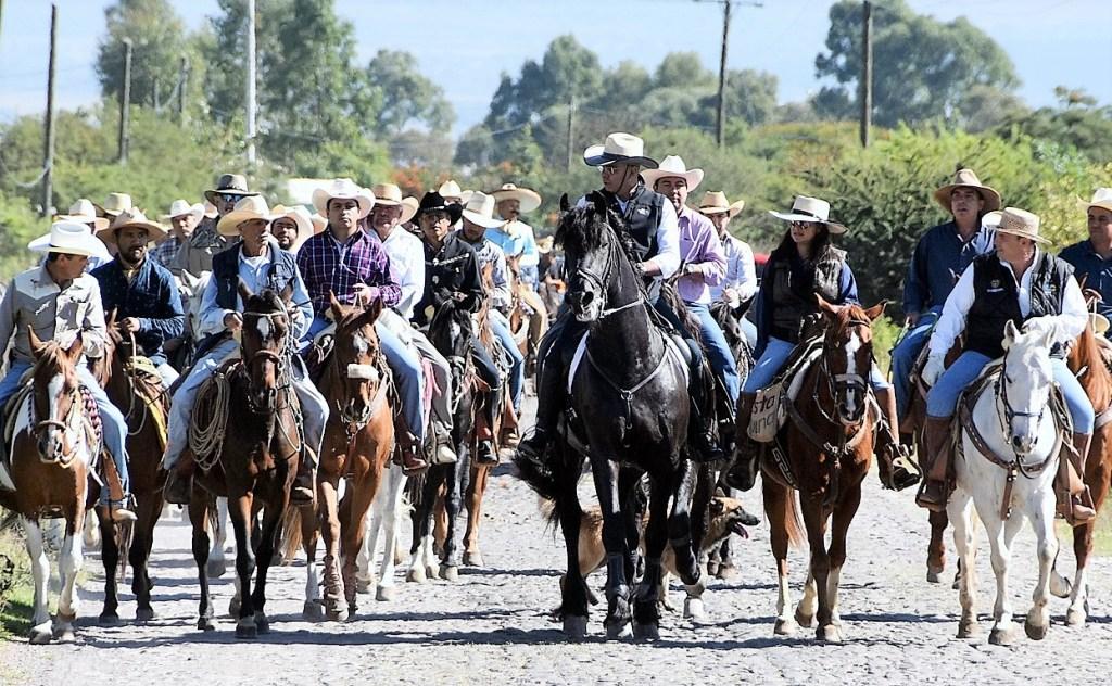 El alcalde participó en una cabalgata acompañado de aproximadamente 150 mujeres y hombres jinetes, donde recorrieron esta nueva vía de uso agropecuario.