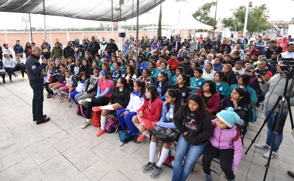 El presidente municipal de Querétaro, Marcos Aguilar Vega, hizo entrega de la rehabilitación de la Unidad Deportiva de El Sol, donde se realizó una inversión de 2 millones 215 mil 228 pesos.