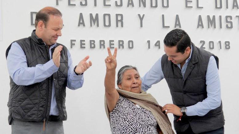 El Alcalde de Corregidora, Josué Guerrero Trápala convive con abuelitos