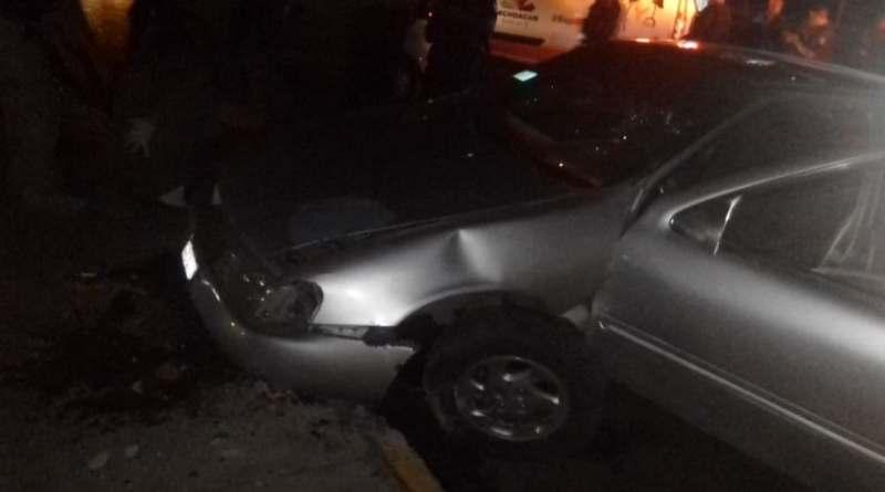 Tres heridos en choque de auto contra glorieta al general LC en Apatzingán