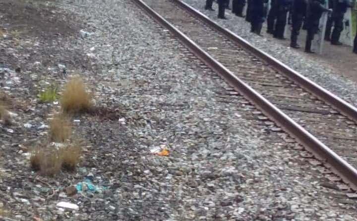 Normalistas bloquean las vías del tren en «Tiri» por algunas horas