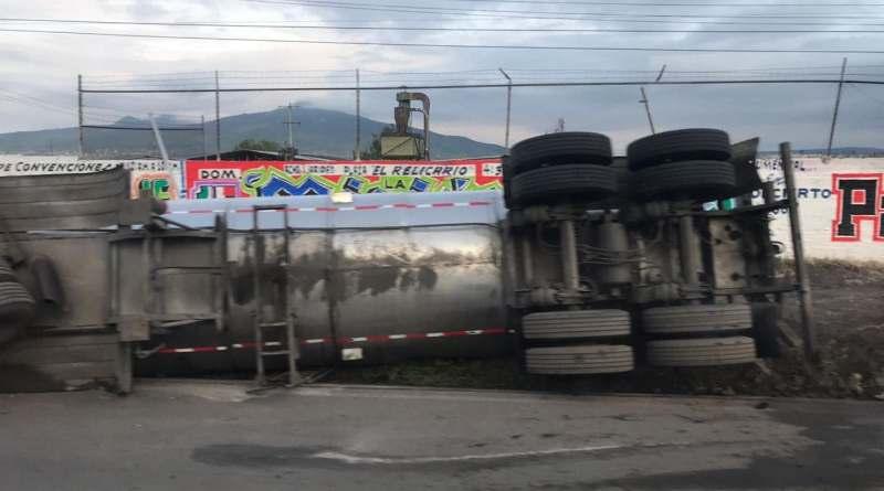 Pipa de doble remolque vuelca en la carretera Morelia-Salamanca