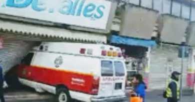 Accidente en avenida Revolución involucra una ambulancia