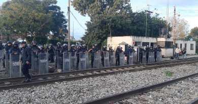 Normalistas y centistas radicales intentan retomar bloqueos que las vías del tren en Michoacán