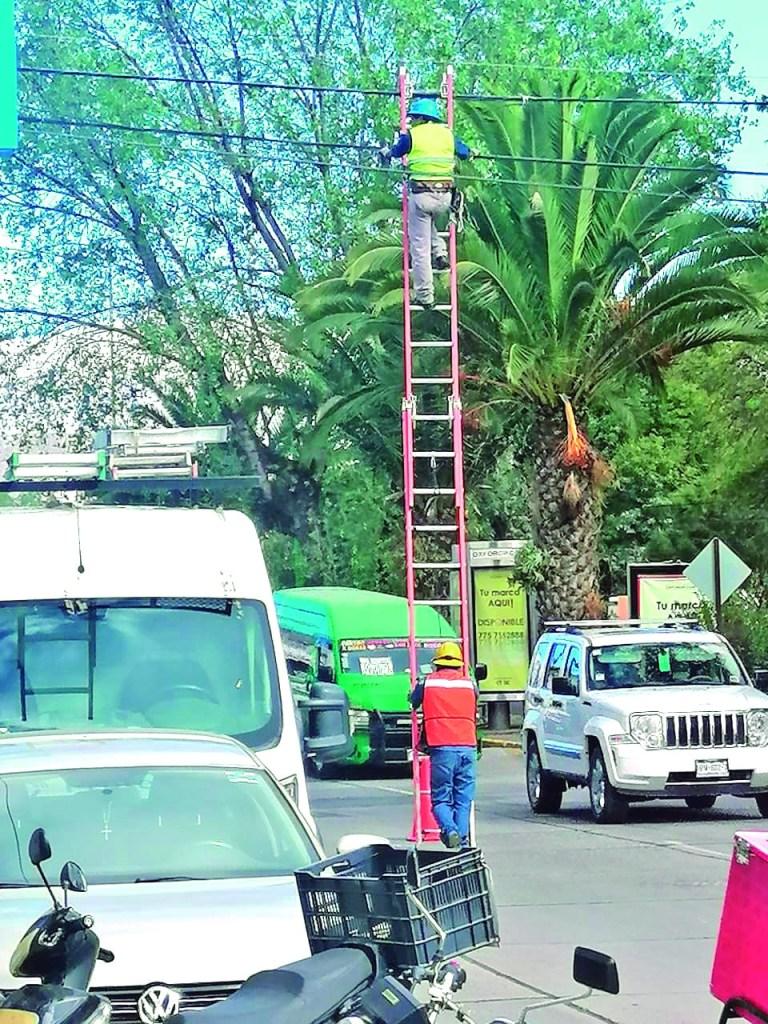 Vaya riesgo que corren algunos trabajadores de empresas de televisión por cable o internet, que sobre el arroyo vehicular y con una sostén de una sola persona, se arriesgan a subir a una altura aproximadamente de 6 metros, cuando lo ideal es que usaran una pluma.