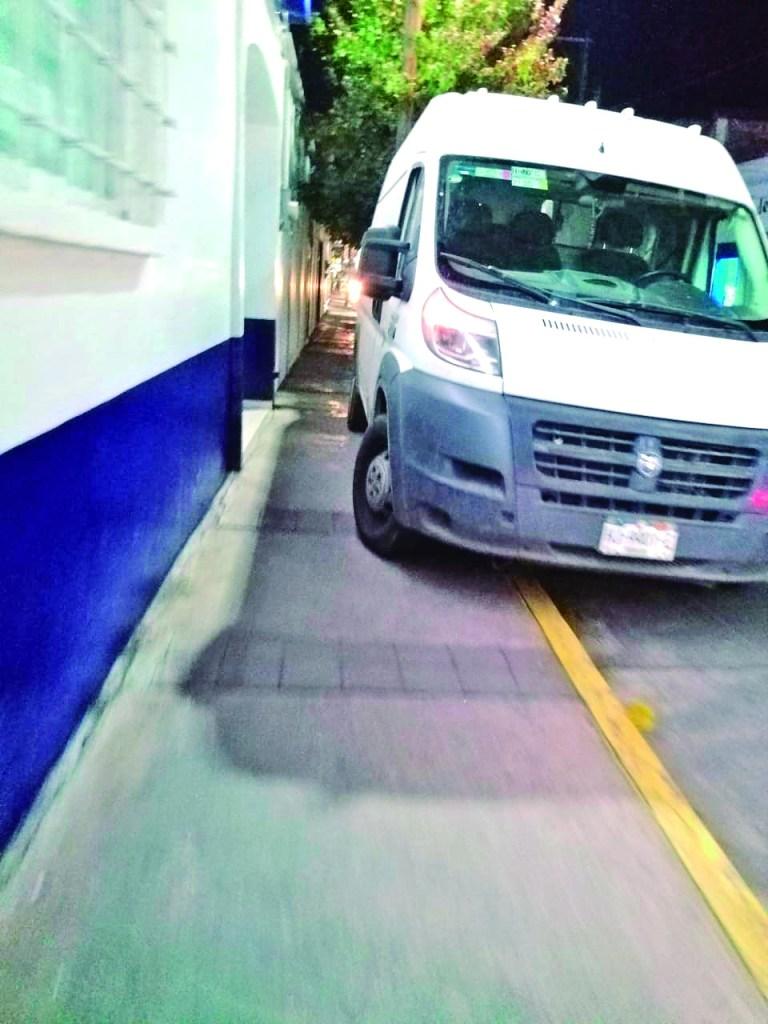Imprudencia Imágenes como esta son comunes en diferentes rumbos de Tulancingo. En forma irresponsable conductores estacionan sus vehículos poniendo en riesgo a peatones, que deben bajar al arroyo vehicular, porque la banqueta está obstaculizada. Este ocurrió ayer jueves, en la calle Zaragoza casi esquina con Luis Ponce en el centro de la ciudad.
