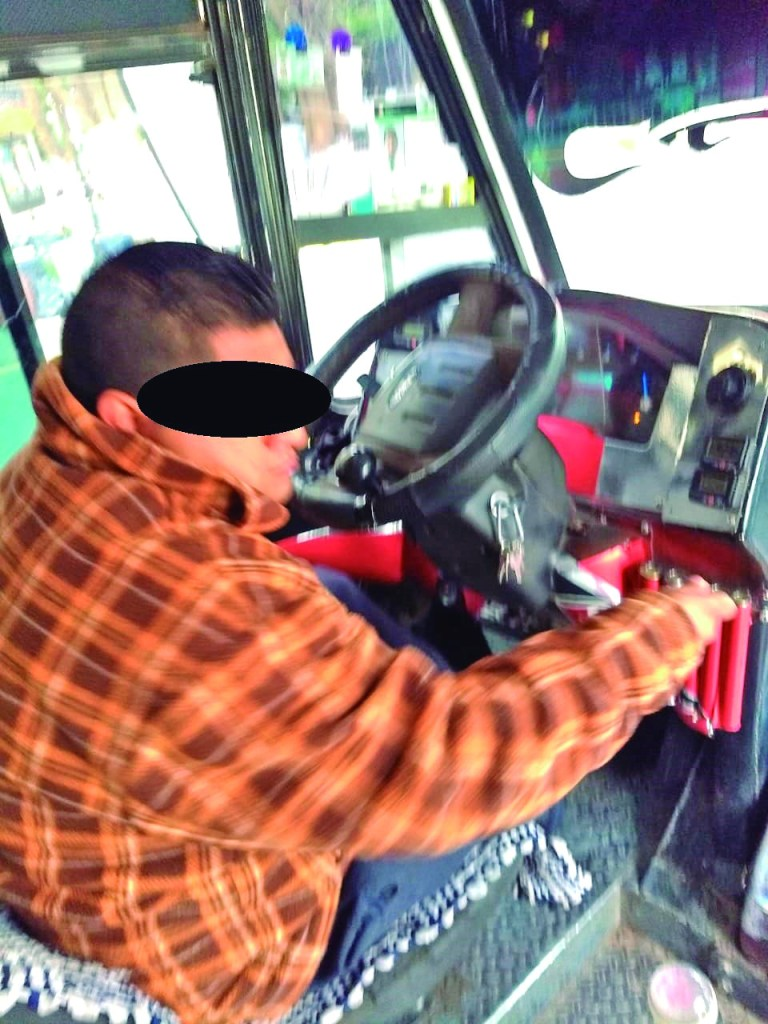 Usuarios del trasporte público recriminan la actitud de algunos operadores que no usan el cubrebocas, tal como lo muestra la fotografía. Un chofer de las colectivas llamadas de las rojas, sin el uso del tapaboca.