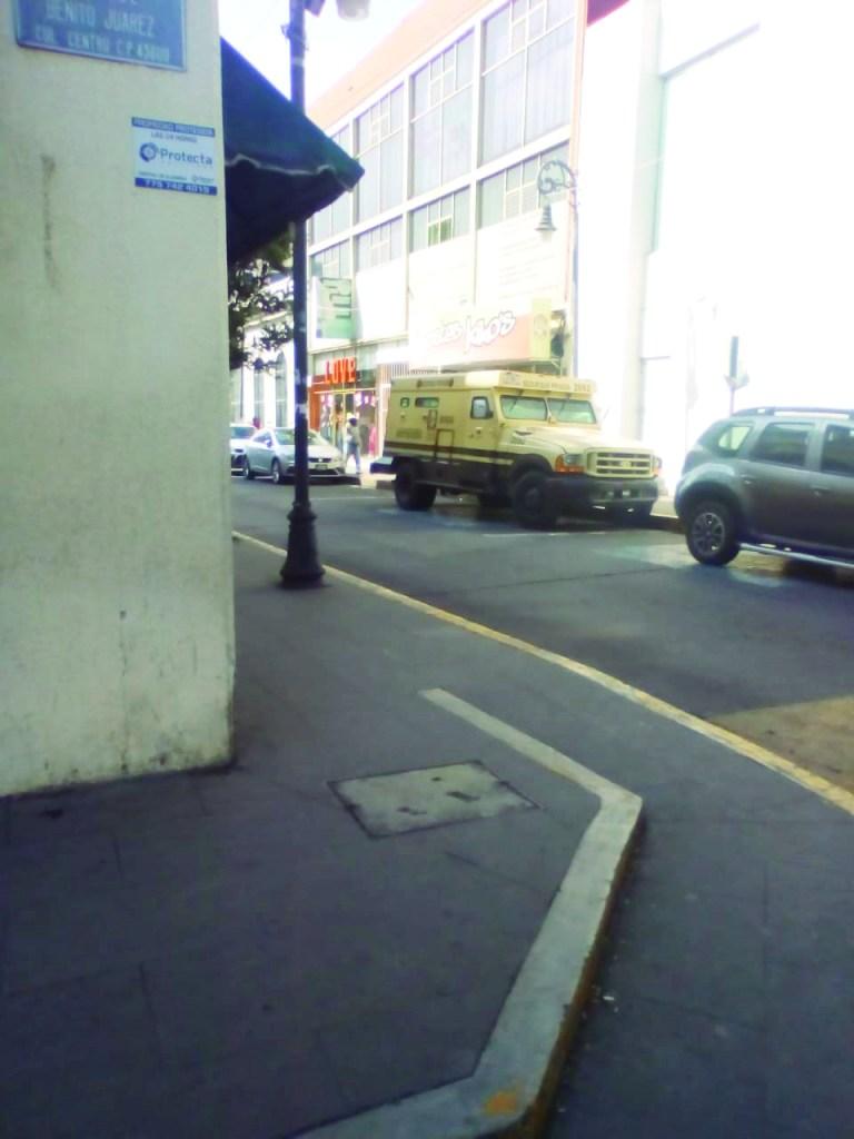 Algunos ciudadanos cuestionaron el hecho de que esta camioneta de la empresa Cometra, se haya estacionado en un lugar reservado para personas discapacitadas