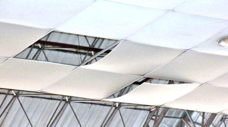 """El plafón que fue colocado a finales de abril del 2020, en el auditorio de usos múltiples de la Unidad Deportiva """"Javier Rojo Gómez"""", por la anterior administración, representa un riesgo para los usuarios de este espacio."""