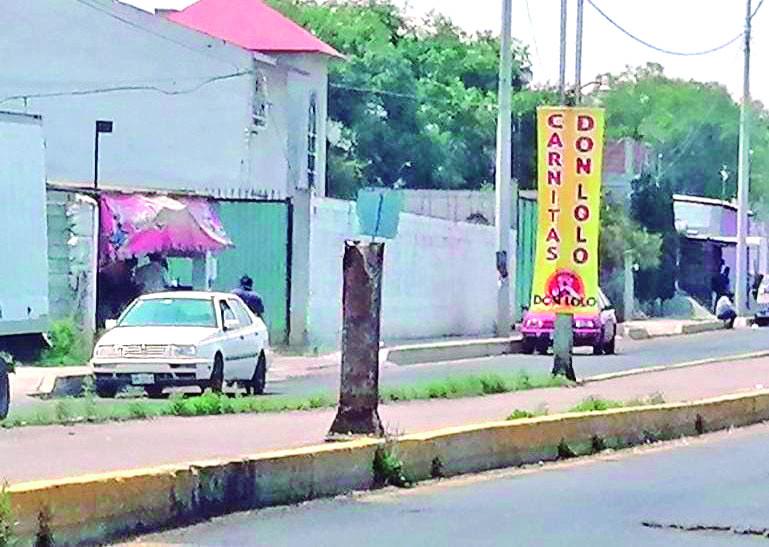 En el camellón de los bulevares Huapalcalli y Centenario se observan varias restos de lo que fueron postes del alumbrado público, que tras ser impactados en accidentes vehiculares, dan mala imagen urbana.