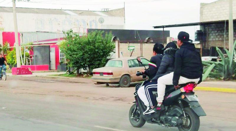 Mucho tendrá que trabajar la Dirección de Movilidad y Transporte de Tulancingo, para erradicar la mala práctica de los motociclistas, de no usar casco y sobrepasar el cupo máximo, pues representa un peligro de vida para ellos.