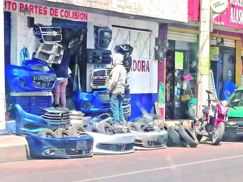 Los deshuesaderos que se encuentran sobre el bulevar Quetzalcóatl continúan apropiándose de la vía pública para ocuparla como extensión de sus negocios, sin que las autoridades hagan algo para evitarlo.
