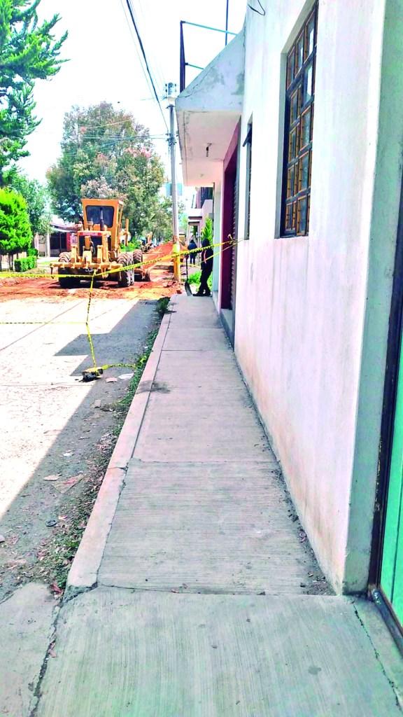 Tras varios años de solicitar la rehabilitacion de la calle Octavio Paz en la colonia El Refugio, las aoturidades municipales iniciaron los trabajos de la avenida de acceso a dicha demarcación.