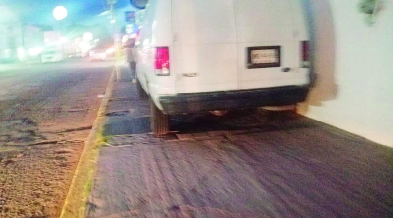 Vaya descaro del propietario o conductor de esta camioneta, que de plano dejó estacionada la camioneta sobre la acera de la calle de Lázaro Cárdenas, casi esquina con Juárez, sin importarle que bloqueó el espacio para que los peatones pasaran de manera segura.