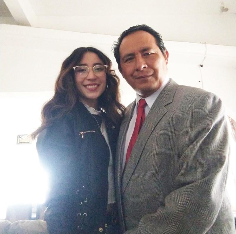 Miguel Castelán acompañado por su hija el día de su titulación en maestría de juicios orales.