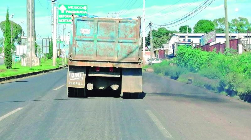 ¿Y las patrullas ecológicas? De manera frecuente se observan transitar a camiones que evidentemente no cumplen con los estándares para aprobar las verificaciones.