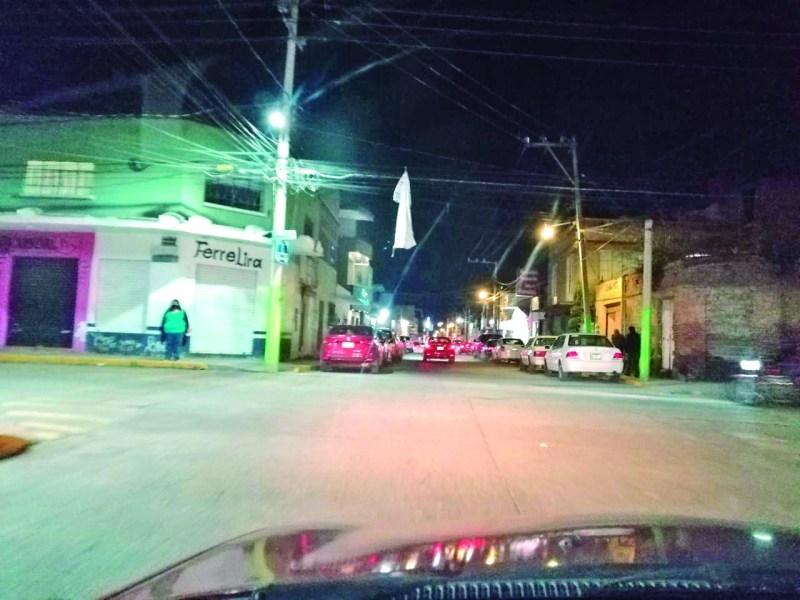 """¿Halloween? Pareciera que esa lona es un adorno alusivo al día de brujas, pero no. Resulta que es una lona """"informativa"""" del cambio de circulación vial, que se puso en la calle de Morelos y Luis Ponce, hace ya un casi un año."""