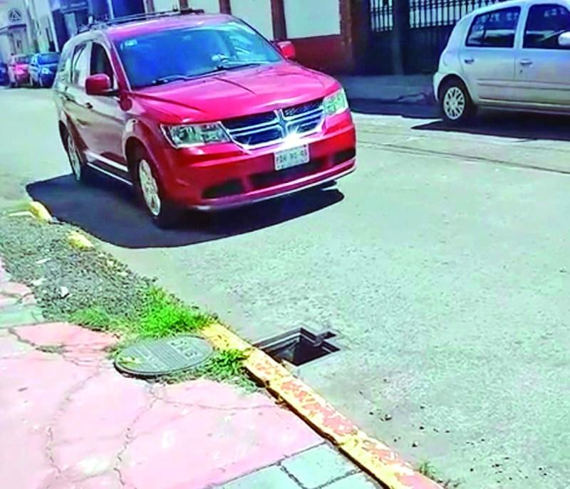 ¡Una más! En la calle de Morelos se robaron una tapa de una alcantarilla, dejando un peligro principalmente para motocicletas, ciclistas o peatones.