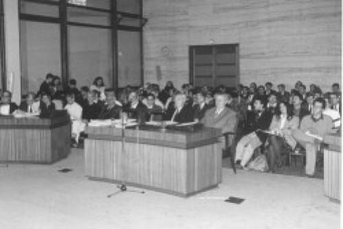 Νοέμβρης 1992. Στρασβούργο, Δικαστήριο Ανθρωπίνων Δικαιωμάτων. Δίκη Μίνωα Κοκκινάκη. Ο Μ. Κοκκινάκης με τους συνηγόρους του. Από δεξιά: Φ. Βεγλερής, Π. Μπιτσαξής. Θ. Ρέππας. Ο Κοκκινάκης είναι πρώτος από δεξιά.