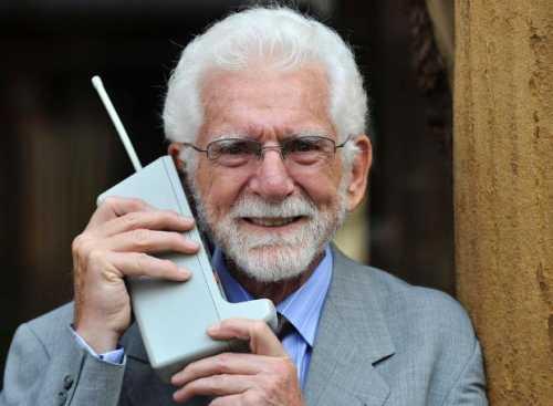 Ο Μάρτιν Κούπερ με το πρώτο κινητό της Motorola