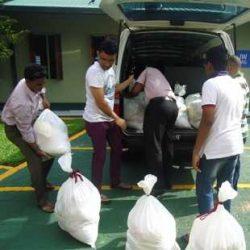 Μάρτυρες φορτώνουν σε όχημα προμήθειες για τους πληγέντες