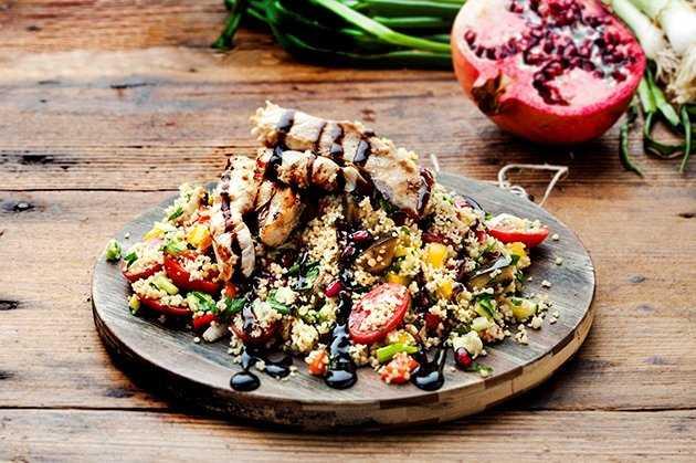 Μεσογειακή σαλάτα με αποξηραμένα φρούτα, ξηρούς καρπούς και πλιγούρι