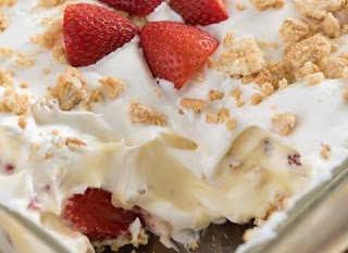 Εύκολο γλυκό ψυγείου με μπισκότα, κρέμα βανίλια και φράουλες
