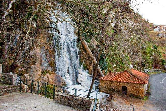 2,5 ώρες από την Αθήνα υπάρχει ένα χωριό με καταρράκτες, ιαματικές πηγές και σκοτεινή ιστορία
