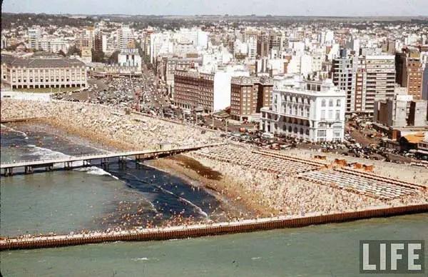 El edificio blanco que se ve en la foto era el Hotel Mar del Plata que fue destruido por un incendio en el año 61.