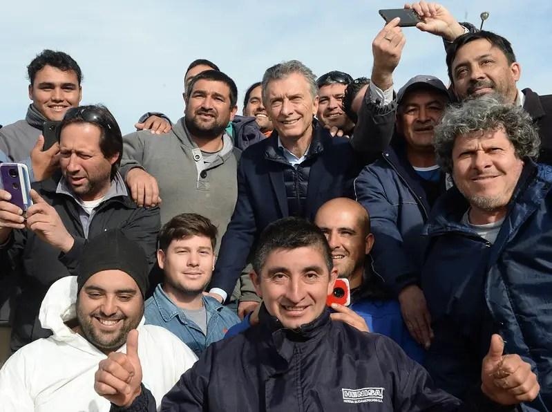 Mauricio Macri y trabajadores