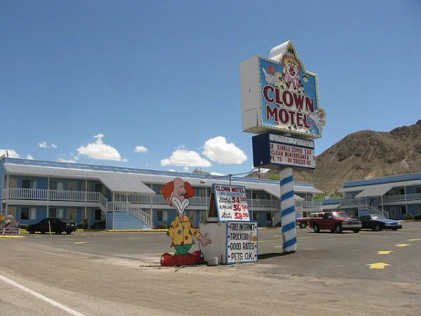 600x450xClown-Motel-Tonopah4-600x450.jpg.pagespeed.ic.71WyvleF0Z