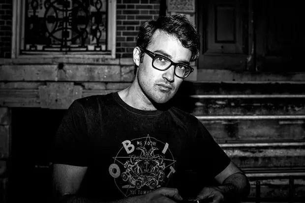 Nombre: Jude  Edad: 31  Ocupación: Diseñador  Cita: bebidas en Grassroots seguido de la pizza
