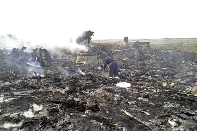 Restos del avión derribado de Malaysia Airlines en territorio ucraniano. Los rescatistas actúan de oficio.