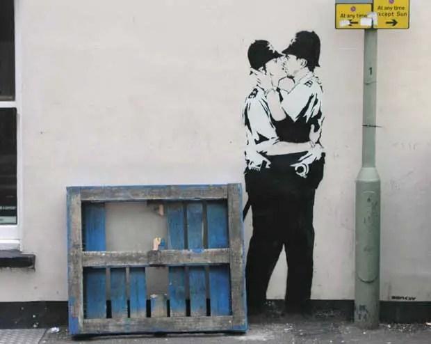 bansky policías besándose