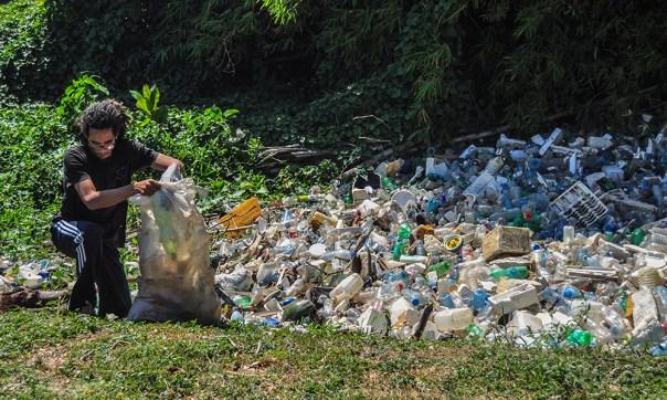 """Con la máxima """"Un saco, una idea para sanear el río Quibú"""", los estudiantes buscan visualizar y solucionar el problema de la basura que, arrastrada por el río, se acumula en un recodo escondido del ISA."""