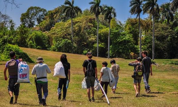 El sábado 31 de marzo de 2018, por segundo mes consecutivo, un grupo de estudiantes del ISA, profesores y activistas del proyecto ambientalista El Guardabosques se unieron para limpiar un segmento del Quibú, ubicado al fondo del ISA. Eran 14 personas y 40 sacos.