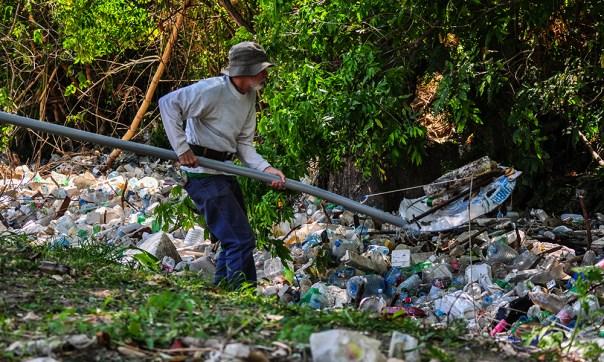 """El profesor Omar Villa fue uno de los que dedicó la tarde de ese sábado a la limpieza del Quibú. Dice que hasta la escuela nunca han llegado a limpiar el río. Según declaró a Periodismo de Barrio Eduardo Brey Herrera, director adjunto de la empresa Saneamiento Básico de La Habana, en 2016 la provincia tenía contratados 320 zanjeros encargados de la limpieza de las márgenes de ríos, arroyos y zanjas de la capital, y estos tenían a su disposición """"para la limpieza mecanizada en los puentes una retroexcavadora sobre neumáticos y otras tres sobre esteras para el resto de las actividades"""".Ninguno de esos equipos ha llegado a esta zona del Quibú."""