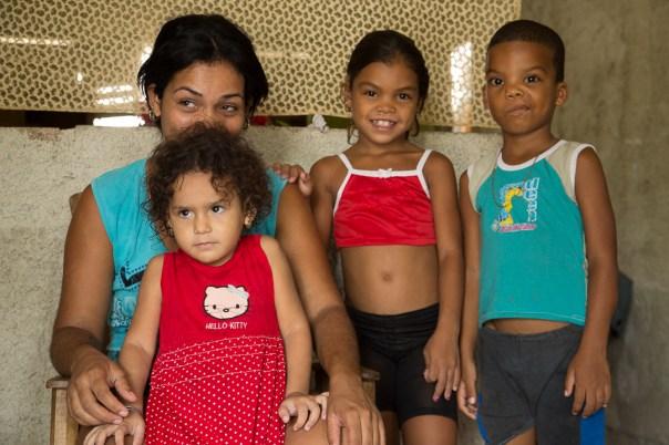 Yaimaris con sus hijos (Foto: Jorge Ricardo)