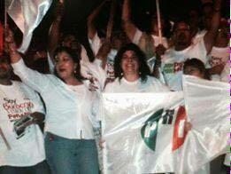 Bentley moviendo banderas del PRI a un lado de la actual regidor Alicía Martínez.