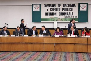 Diputada Federal Gina Cruz, presidiendo la sesión de la Comisión de Hacienda y Crédito Público.