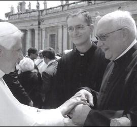 Buela saluda al Papa en el Vaticano