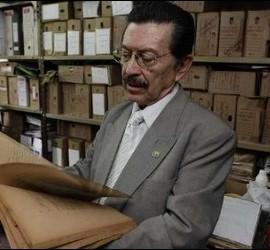 Martín Almada examina el 'Archivo del Terror'